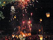 花火が大爆発しているショーのフィナーレ
