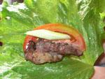豚肉は葉っぱにっつつんで食べる