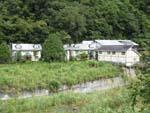川の対岸から見た玉池温泉会館