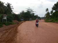 まだまだ未舗装の道路