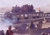 人々満載バス