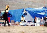 日用品を売るテント