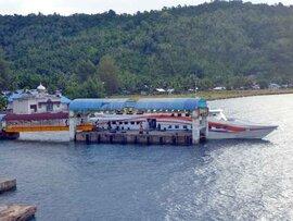 スマトラ島沖ウェー島:アチェと島を結ぶ2種類の船。