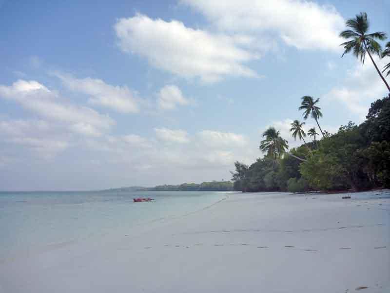 まばゆいホワイトサンドビーチ。ケイ・クチル島のパサールパンジャン。