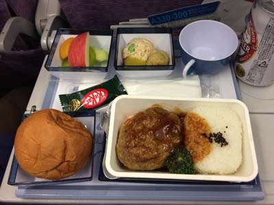 パラオはチャイナエアラインで台北経由。機内食はほぼ中華飯。