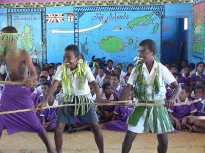 フィジー/ヤサワ諸島の旅:ナズラ島スクール&ビレッジ訪問ツアー