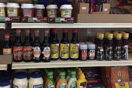スーパーにずらりと並んだ日本の調味料