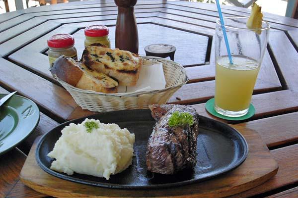 高級ホテルで食べたステーキ。すごいボリュームだった
