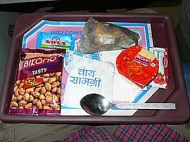 インド・ラジダニエクスプレスの車内食。10年前とほぼ同じ。