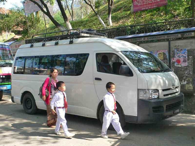 カトマンズへはトヨタハイエースで快適に。バスよりミニバンがおすすめ。