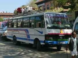 ゴルカへのバス案内で小銭を稼ぐ男たちを考える。