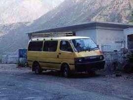 パキスタンは山から下りるも一苦労。飛行機飛ばないから車で。