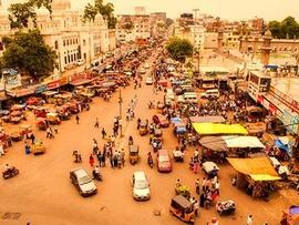 中級ホテルのバルコニーからインドの町をのぞき見る。