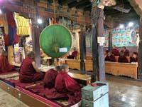 勤行に集まった僧侶たち