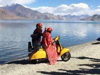 衣装も着てバイクに乗る女性