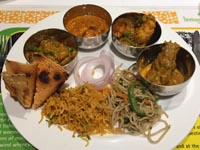 夕食:ターリー風にカレー4種に穀類いろいろ