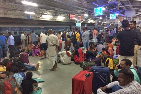 ジャンムー・タウィ駅で電車を待つ人々