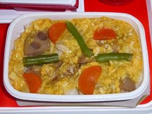 JAL 成田-デリー機内食 車麩と鶏肉の玉子とじ丼