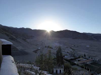 山の向こうに朝日が昇る