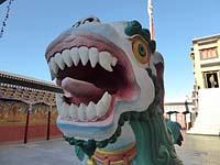 仏殿の前の像