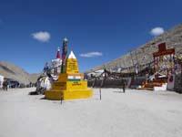 チャンラ峠のストゥーパと石碑