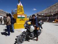 チャンラ峠でバイクにまたがる