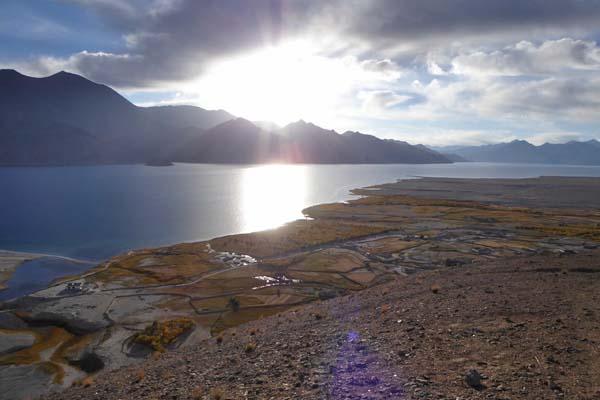 天空の湖パンゴンツォ湖畔のメラク村の夜明け