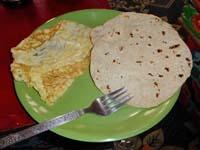 チャパティとオムレツの朝食