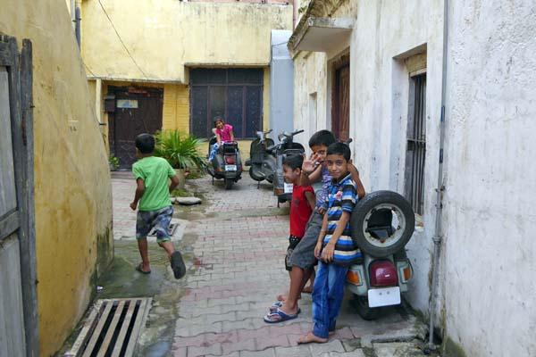 ムバラクマンディの近くの路地で遊ぶ子供