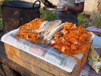 スパイスまみれになった調理前の魚