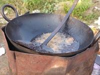 フライパンで魚を揚げているところ