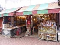 お供えや仏像を売る店