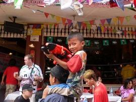 タイ・バンコクのソンクラーン(タイ正月) 水鉄砲戦争に参戦の巻