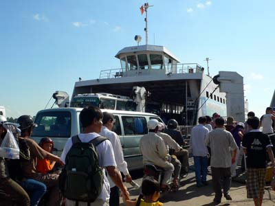 船でフーコック島に上陸。ユーンドンの町散策から。