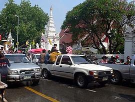 チェンマイのソンクランはピックアップトラックで郊外から集結!