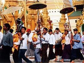 公務員も調子が狂うくらいまったり。ヤンゴン駅にて。