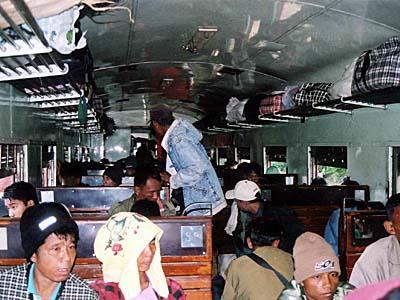 ミャンマーの山岳列車もなかなかオツです。