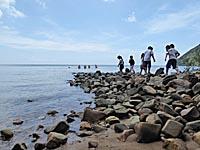 海遊びをするベトナム人家族