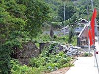 山の中の橋の跡と慰霊碑