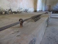受刑者の足かせがつながれた棒