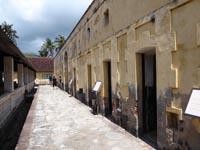 小さな部屋が集まる建物