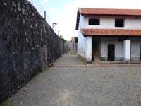 高い壁と刑務所