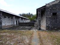 刑務所の建物と井戸