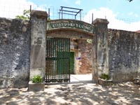 タイガーケージがある刑務所の入り口