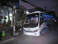 事務所前で待つバス