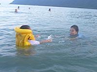 海で泳ぐ子供